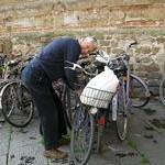 Ali cargando nuestros tesoros al hotel en bici...