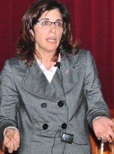La Dra. Mª Pilar Vaquero durante la conferencia en el Aula Magna de Facultad de Farmacia de la UB