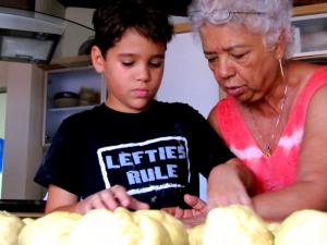 Fidelia Saavedra cocinando con su nieto Sebastián